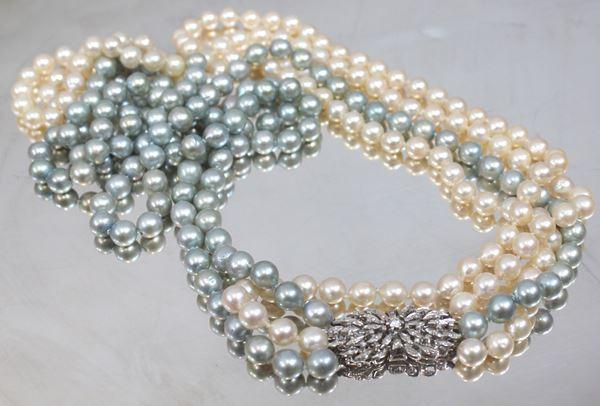 Collana a tre fili di perle con chiusura in oro bianco e brillantini, lunghezza 80 cm.