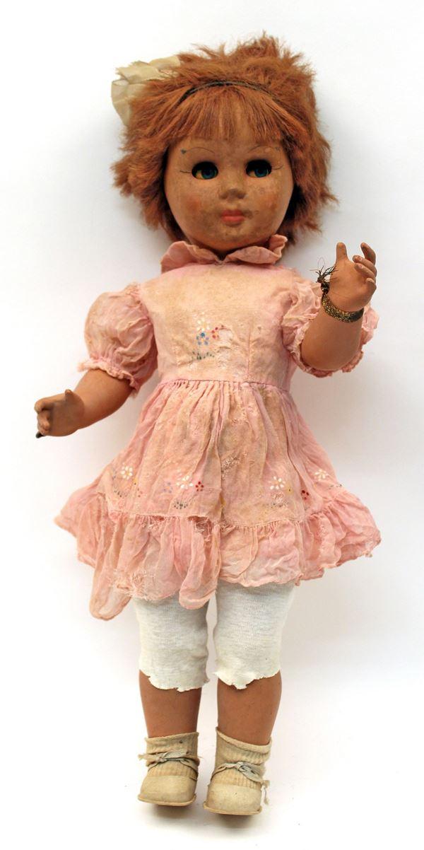 Bambola in resina, anni '30/40, H 58 cm, rottura del dito.