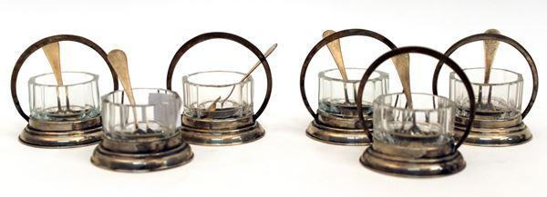 Lotto composto da sei salierine in argento con vaschette in cristallo complete di cucchiaini, H 6 cm, difetti.
