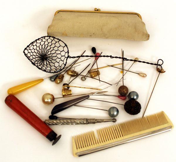 Lotto composto da vari oggetti a forme e materali diversi.