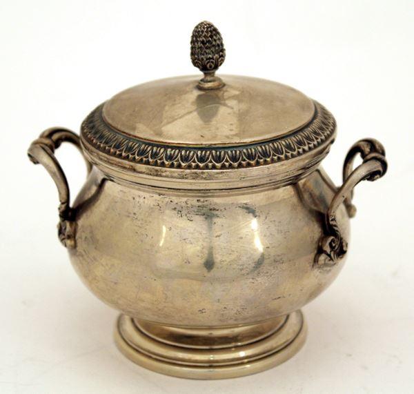 Zuccheriera in argento, H 12 cm, gr. 280.