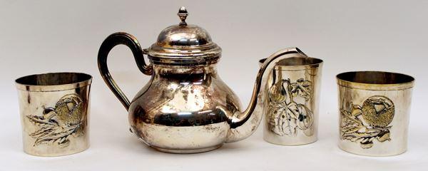 Lotto composto da tre bicchieri Brandimarte ed una caffettiera in metallo argentato, H massima 16 cm.