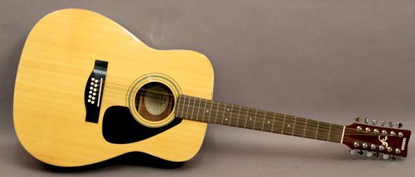 Chitarra Yamaha a doppie corde.
