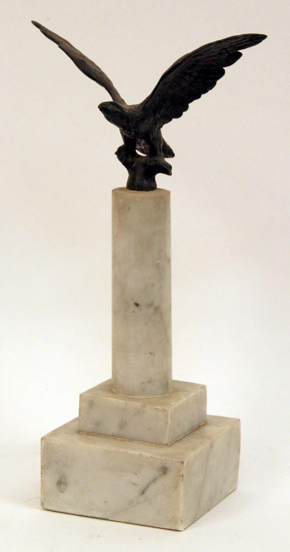 Aquila littoria, scultura in bronzo poggiante su base a colonna in marmo bianco, H complessiva 25,5 cm.
