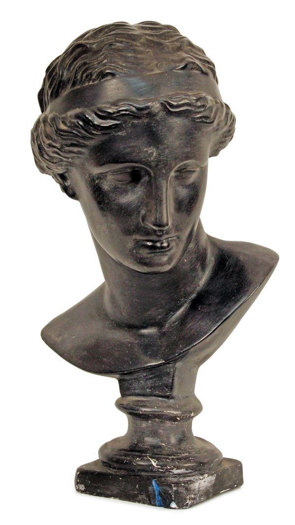 Busto di donna neoclassica, scultura in gesso, XX sec., H 53 cm.