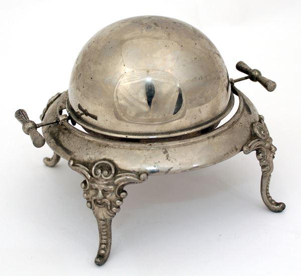 Burriera in metallo argentato, H. 15 cm.