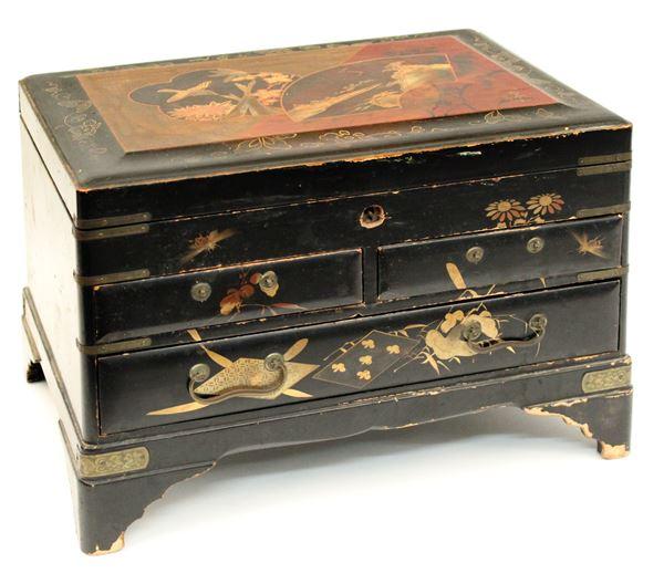 Scatola porta monili in legno laccato e dipinto, Arte orientale, cm 20 x 30 x 21.