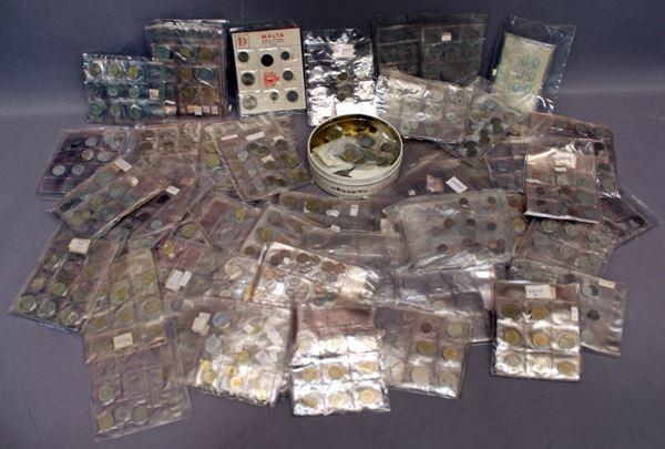 Scatolone contenente numerose monete estere.