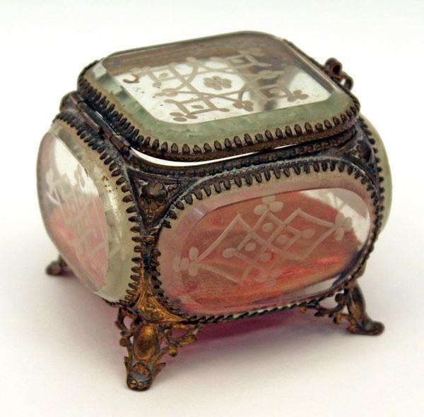 Portagioie in cristallo molato con guarnizioni in ottone, H 7 cm.