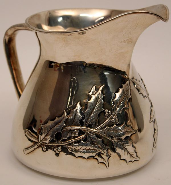 Lattiera in argento sbalzato, gr. 630, H 16 cm.