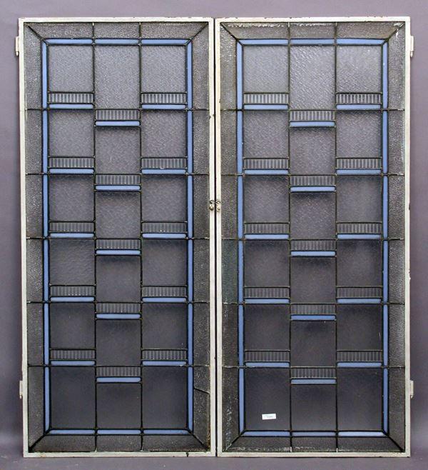 Lotto composto da due vetrate con vetri piombati, cm 121 x 52,5.