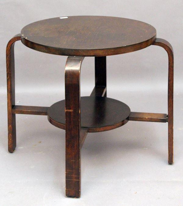 Tavolo di linea tonda in noce poggiante su quattro gambe legate da crociata, Periodo Decò, cm 61 x 72.