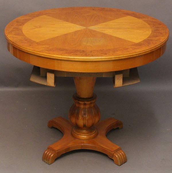 Tavolo svedese di linea tonda alzabile e allungabile in legno di frutto, poggiante su colonna e quattro piedi, h. 75x diam. 88 cm.