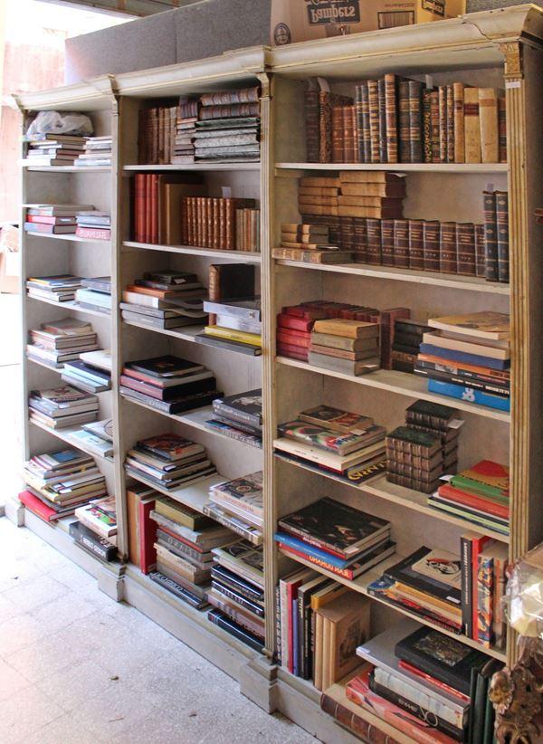 Libreria a giorno i legno lacacto con particolari dorati, h. 214x280x26 cm.