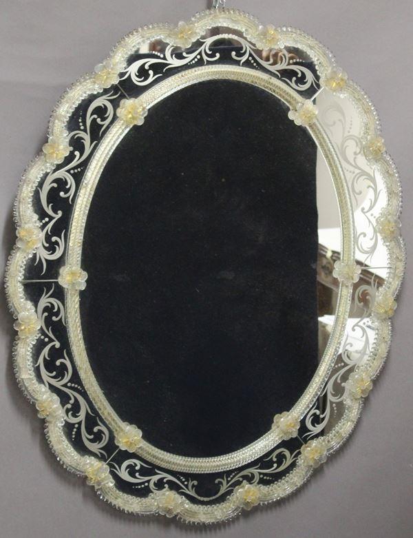 Speccheira veneziana di linea ovale centinata in vetro di Murano, h.97x79, XIX sec.