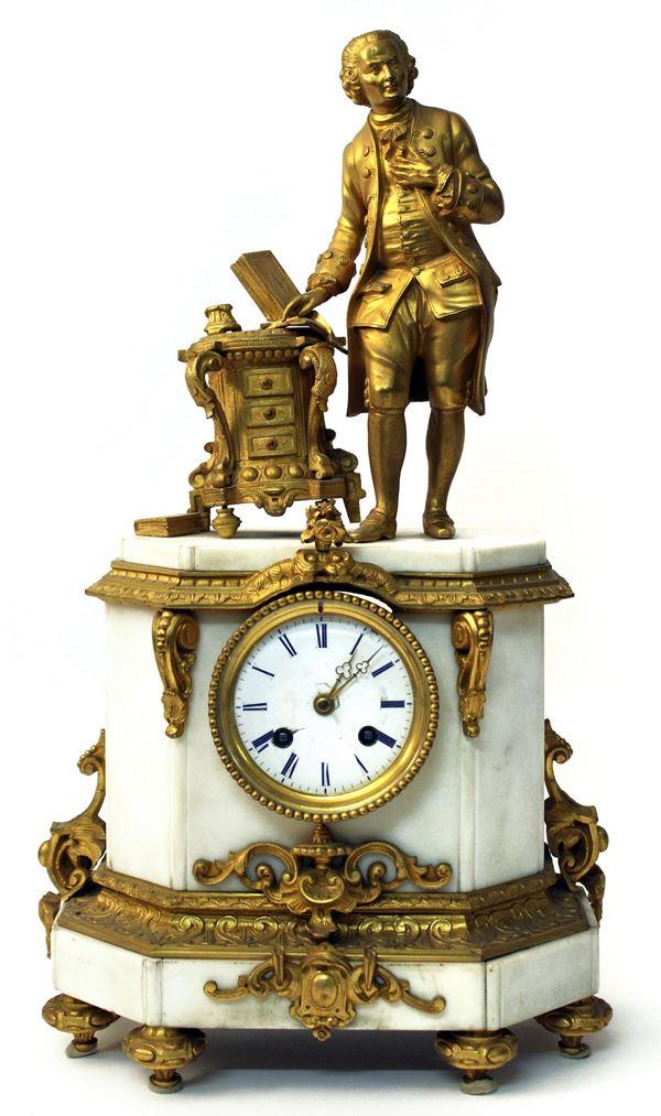 Orologio da camino in marmo bianco, sormontato da figura in bronzo dorato, quadrante in smalto a numeri romani, finiture in bronzo dorato e cesellato, cm 47x27x14, Francia, XIX sec.
