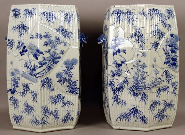 Coppia di sgabelli di linea esagonale in porcellana bianca a decoro di fiori, con manici laterlai a forma zoomorfa, Cina primi '900, altezza 48,5 cm.