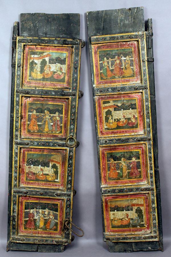 Porta a due ante in legno laccato e dipinto, parte frontale con otto ririserve raffiguranti scene di vita a corte, India XVIII secolo, altezza 151x84, (42 cm, ad anta).