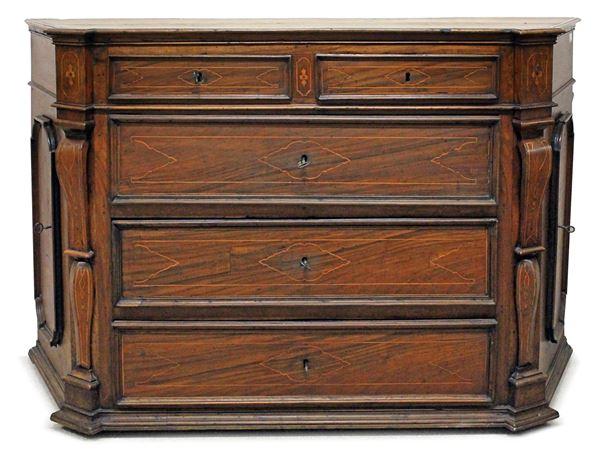 Importante canterano umbro del XVIII secolo, in noce con filetti ed intarsi in bosso a cinque cassetti e due sportelli laterali, cm h132x199x65