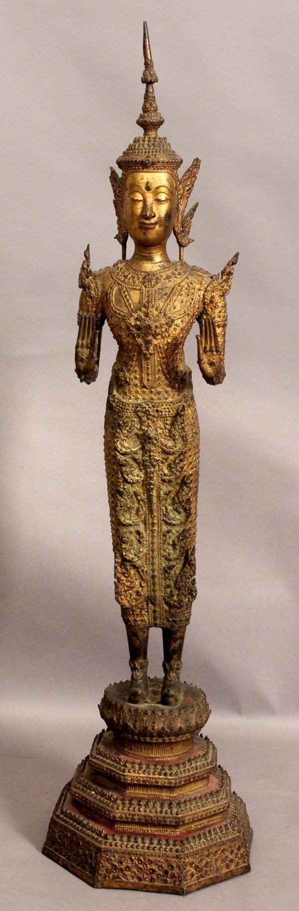 Divinità tailandese, scultura in bronzo dorato, altezza 94 cm, XIX secolo.