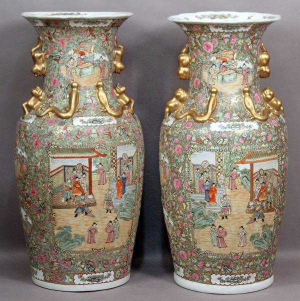 Importante coppia di vasi cinesi in porcellana dipinta con riserve raffiguranti scene di corte, particolari dorati, altezza 92,5 cm, prima metà del XX secolo, marcati alla base.