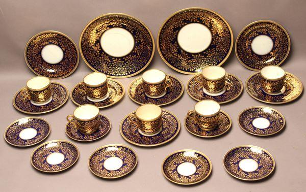 Servizio in porcellana blu a decoro di foglie dorate composto da: otto tazzine con piattini, otto piattini d adolce e due piatti da portata, primi '900 (filé).