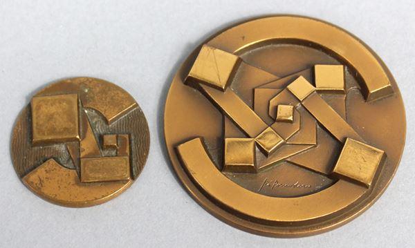 Lotto di due medaglie di Giò Pomodoro (1930-2002), diametro max 6 cm.