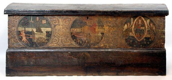 Cassapanca in legno con frontale dipinto, XVII sec, h. 73x170x52 cm.