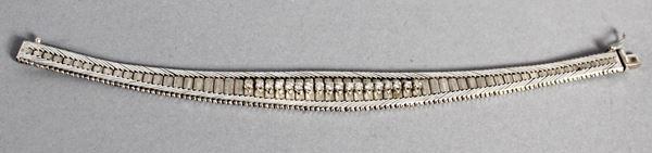 Bracciale semirigido in oro bianco con diciotto brillantini, lunghezza 19 cm, gr. 35 cm.