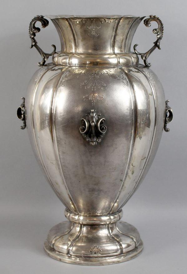 Grande vaso biansato in argento con decori a rilievo, particolari incisi e satinato, bolli periodo fascio, altezza 40 cm, gr. 2060.