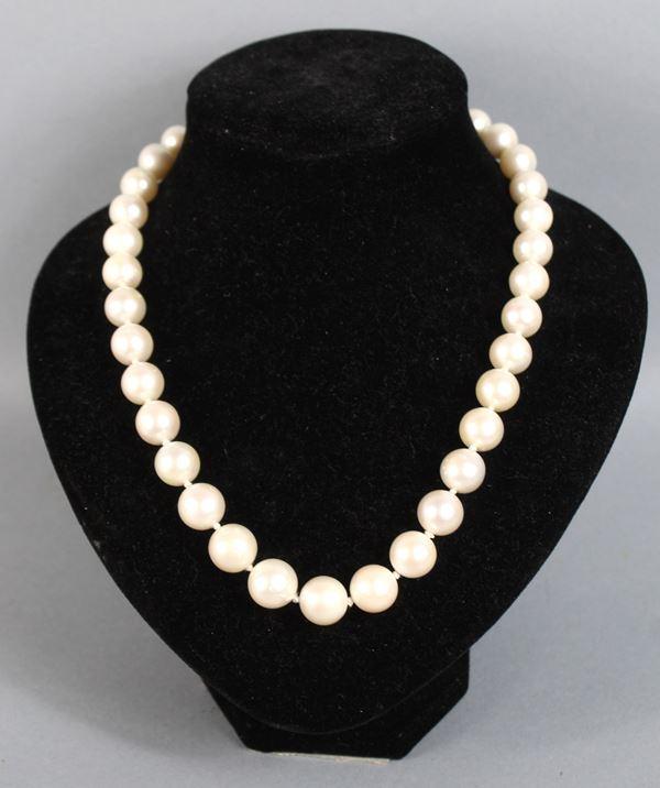 Collana di perle australiane bianche, lunghezza 48 cm, diametro a scalare da 12 a 9 cm, chiusura in oro 18 kt.