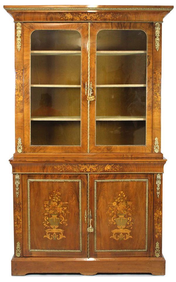 Bookcase a doppio corpo con quattro sportelli di cui due a vetri in mogano e piuma con intarsi floreali a vari legni pregiati, finiture in bronzo dorato, altezza 223x127x44 cm, Olanda XIX secolo.