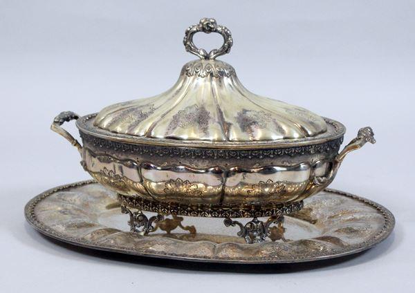 Zuppiera con vassoio in argento sbalzato cesellato e inciso, interno a Vermeil, altezza 22x36x21 cm, gr. 2730.