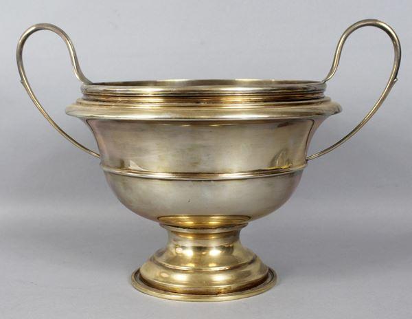 Alzata centrotavola biansata in argento, altezza 23,5 cm, gr. 1190.