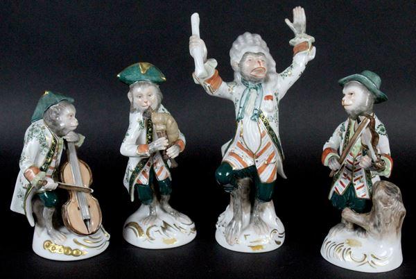 Scimmie musicanti, lotto di quattro sculture in porcellana policroma, altezza max 18 cm, manifattura tedesca, XIX secolo, marcate sotto la base