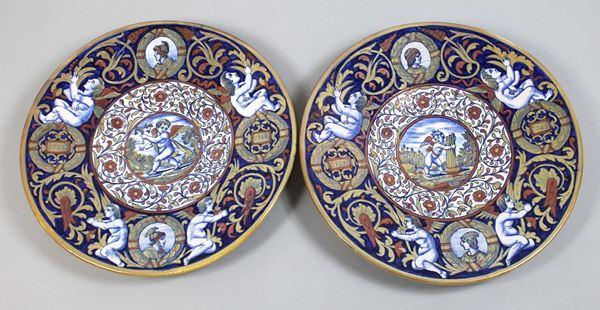 Coppia di grandi piatti da parete Gualdo Tadino, in maiolica policroma a lustro, diametro cm.41,5, XX secolo, marca Rubboli in blu sotto la base.