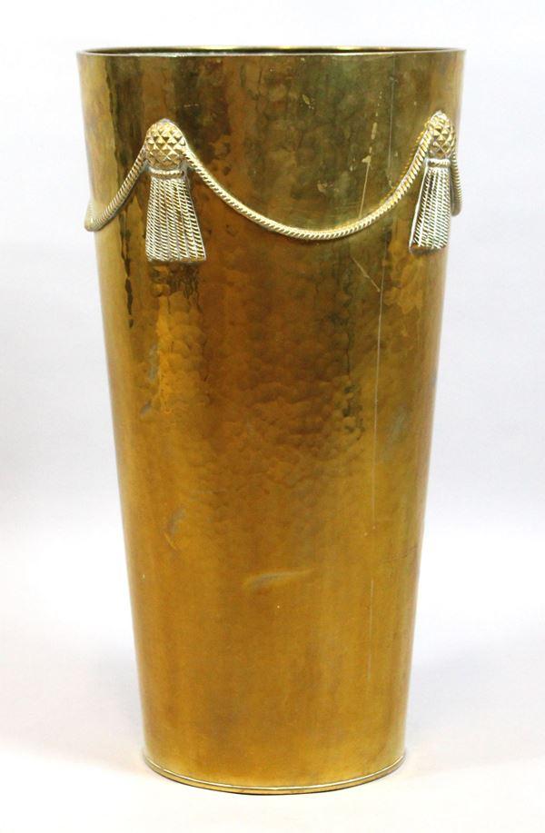 Portaombrelli in metallo dorato, con decori a rilievo, altezza cm. 54,5