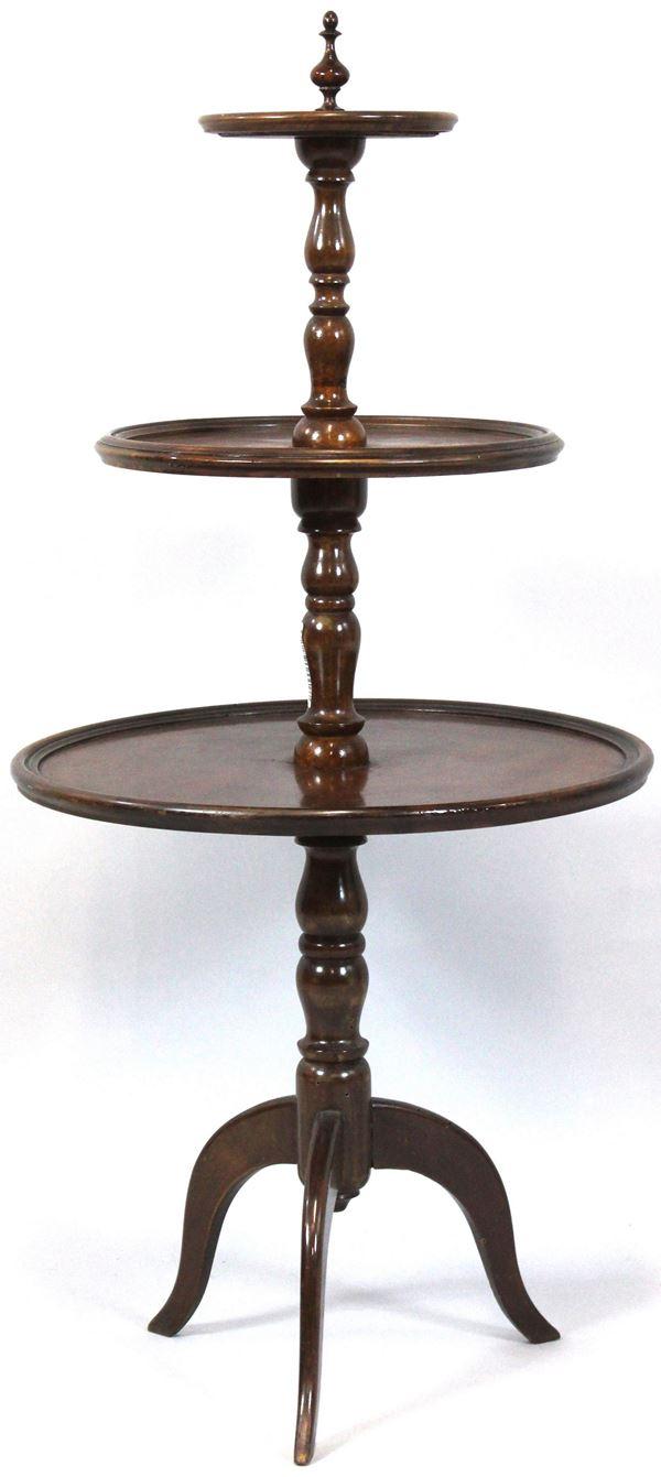 Tavolino in legno tinto a noce, a tre piani poggiante su tre gambe, primi '900, altezza cm 91