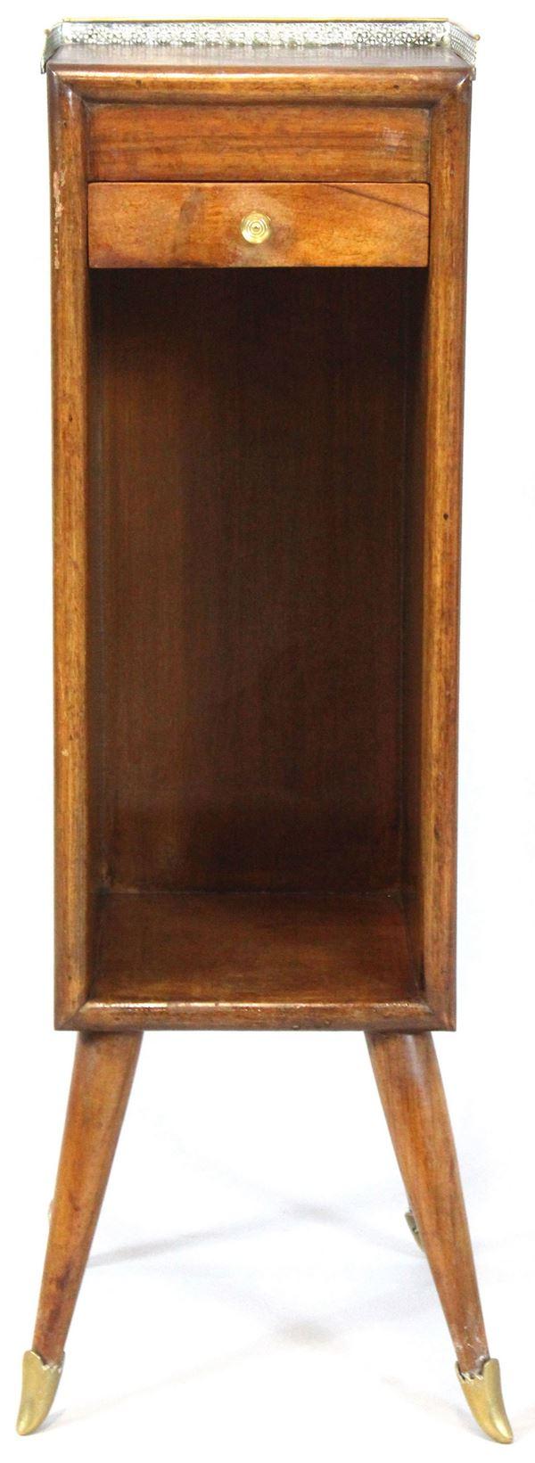 Mobilino portatelefono in legno di noce, ad un cassetto, vano a giorno con tiretto laterale, piano con ringhierina in bronzo, poggiante su quattro gambe, altezza cm 70, primi '900