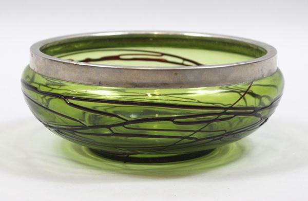 Centrotavola in vetro verde, decorato con filamenti applicati a caldo, finiture in metallo argentato, altezza cm. 9, diametro cm. 23