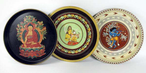 Lotto di tre vassoio in metallo a decori indiani, diametro cm. 32, XX secolo.