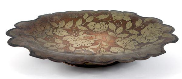 Centrotavola di linea centinata, in metallo inciso, decoro a motivi floreali, altezza 9x505x40 cm.