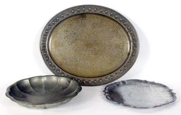 Lotto di tre vassoi in metallo, misure max cm 41x34