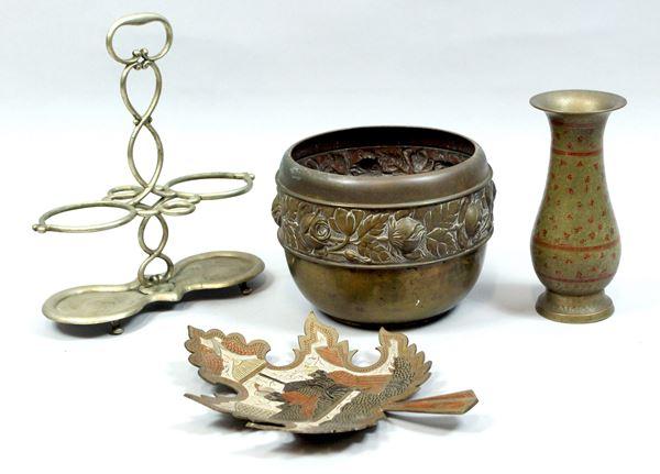 Lotto di quattro oggetti in metallo lavorato, altezza max cm. 17.