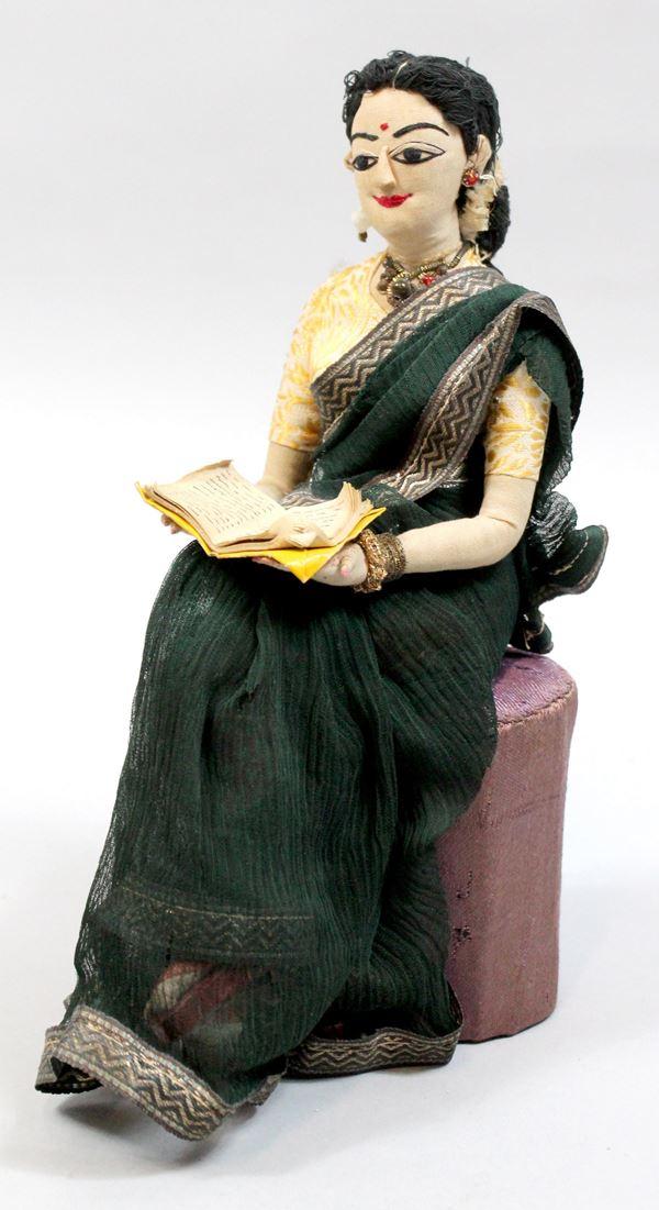 Bambola indiana in stoffa, altezza cm. 23.