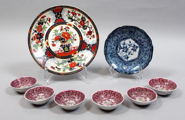 Lotto composto da due piattini e sei coppette in porcellana policroma, diametro max 20 cm, arte orientale, tot.8 pz.