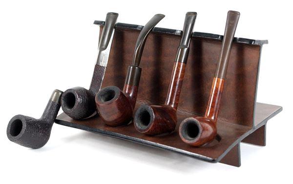Cinque pipe con portapipe in legno, cm. 13x22x16.