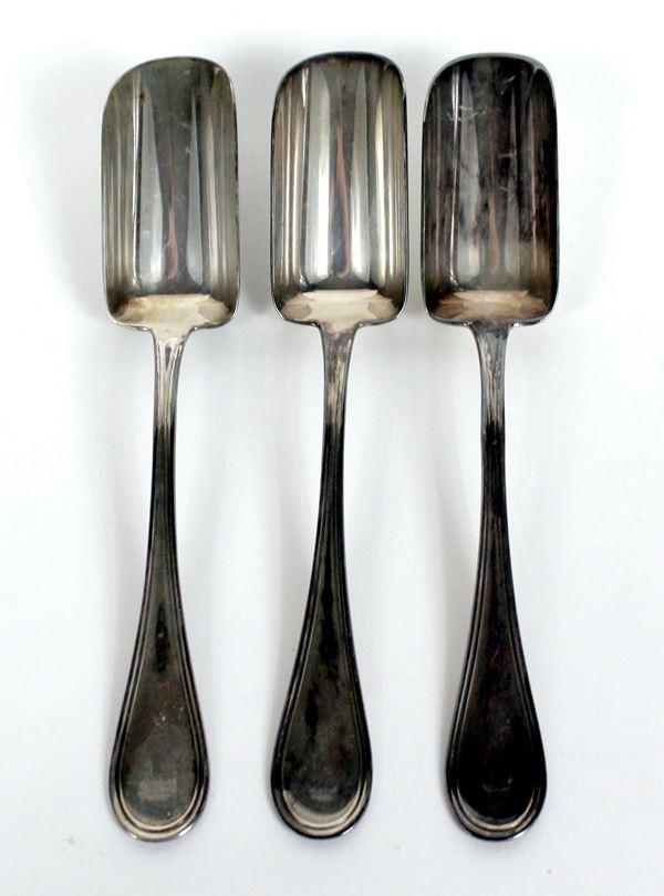 Lotto di tre cucchiaini in argento, gr. 35.