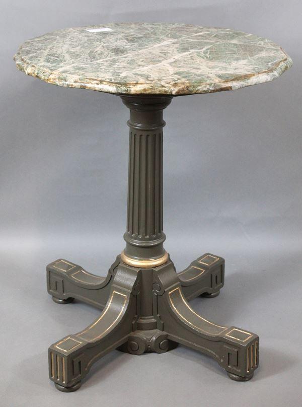 Tavolino laccato, piano in marmo di linea sagomata, gamba a colonna scanalata sorretta da piede quadripartito, altezza cm. 60x72, XX secolo.