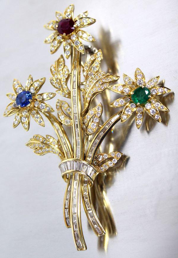 Spilla chaumet in oro 18 kt con brillantini a baguette, uno zaffiro, un rubino ed uno smeraldo, gr.44,6